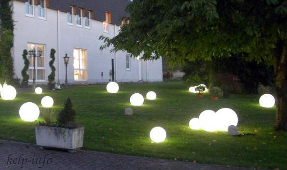 Для работы были использованы садовые светильники в виде шаров
