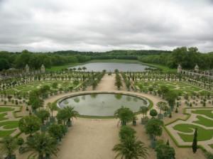 Регулярный сад с водоемом в центре