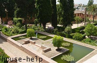 От водоема отходят четыре симметричных ручейка или садовые дорожки