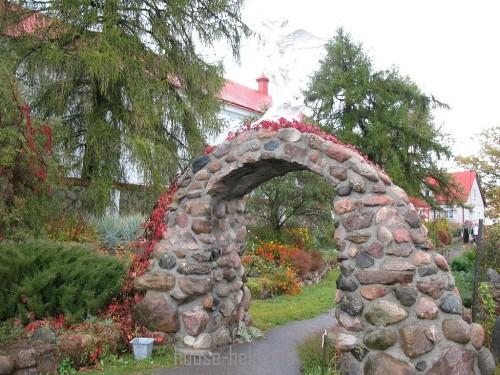 Садовая арка из камня