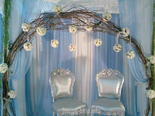 Цветущими арками принято украшать свадебные цеременоии