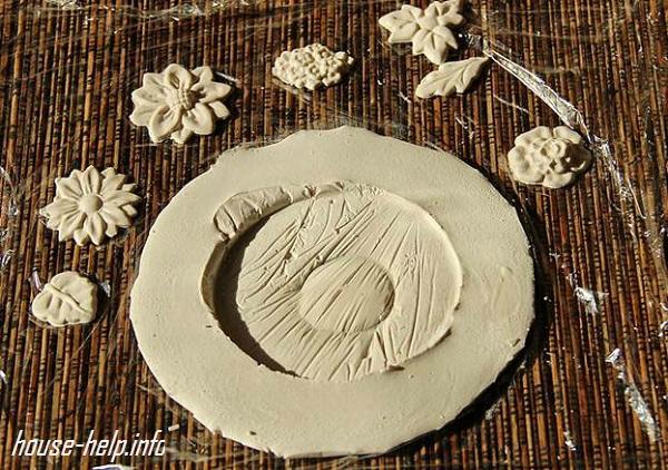 Примерно через полчаса ножка вытаскивается. Если планируется декорирование гриба листьями, цветами или фигурками, также выполненными из гипса, то они аналогично заливаются и высыхают в течение необходимого времени