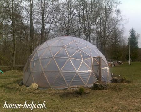 Круглую теплицу нужно строить на открытой, солнечной местности
