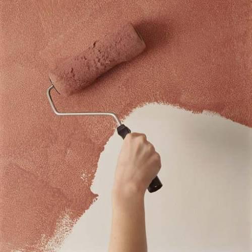 нанесение акриловой краски на стену